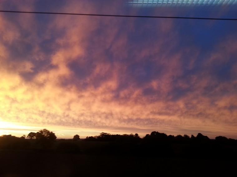 Ein traumhafter Sonnenaufgang bei der Zugfahrt nach Harwich International