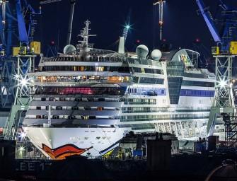 AIDAdiva verlässt die Blohm & Voss Werft in Hamburg